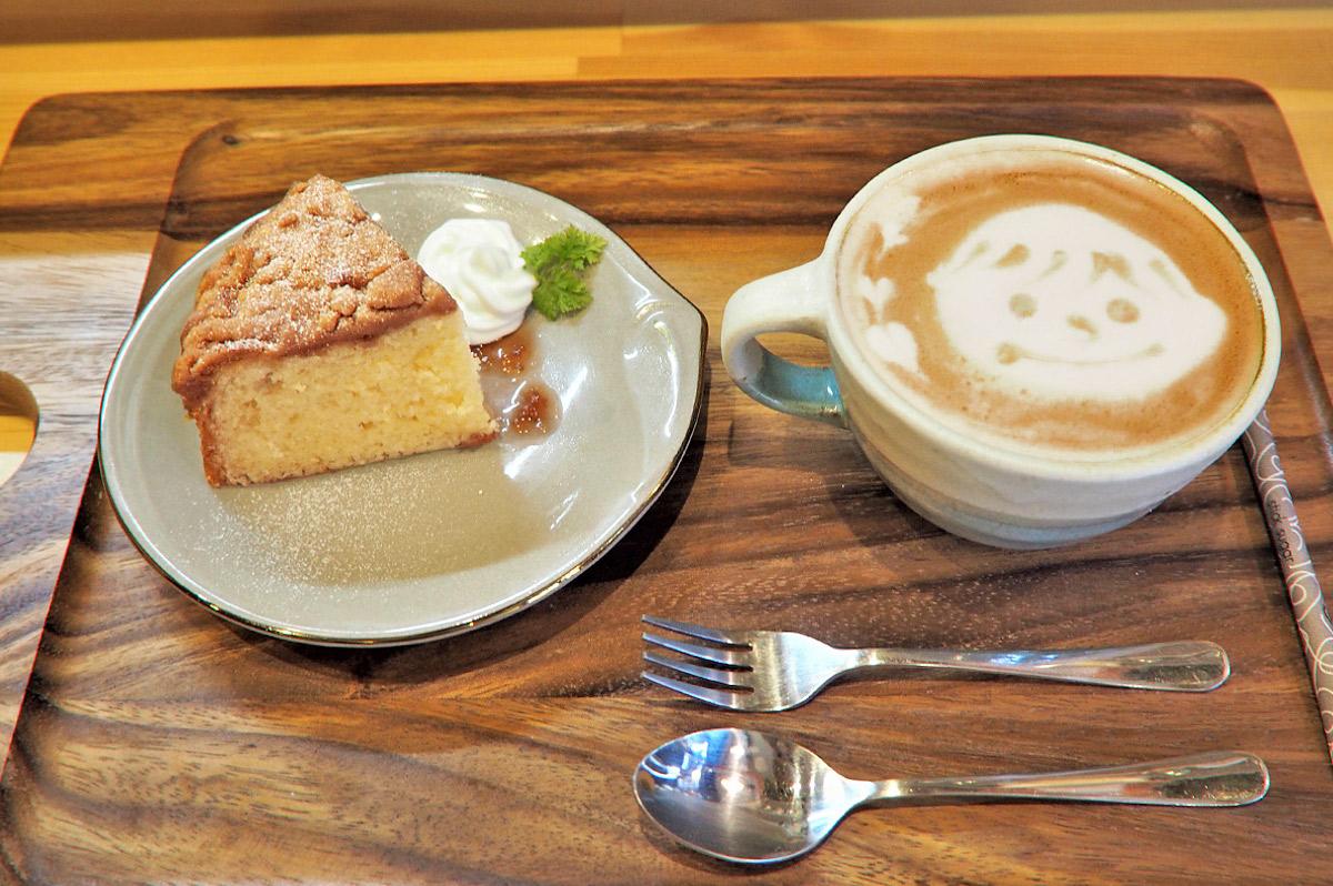 カフェラテとコーヒーケーキ