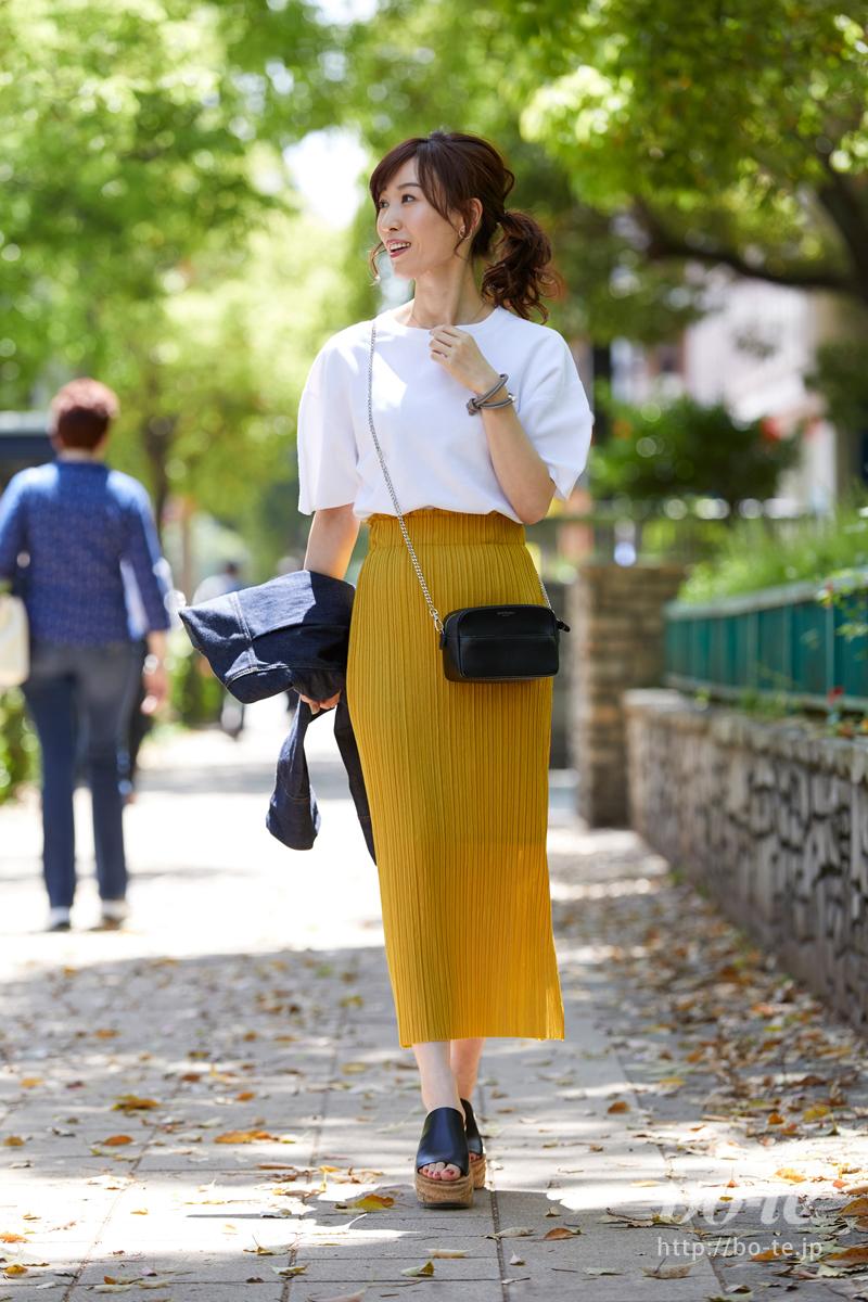 コクーン袖のトップスに、プリーツスカートを合わせた軽やかなコーデ