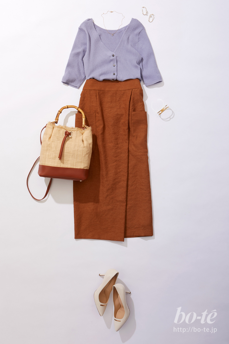 明るいキャメルカラーのスカート