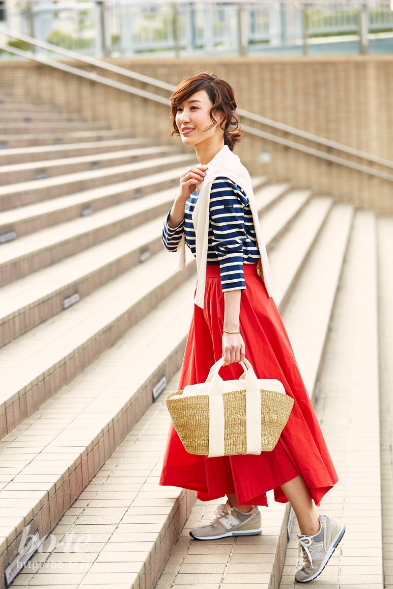 派手色スカートとバランスが良いスポーティーなスニーカーコーデ