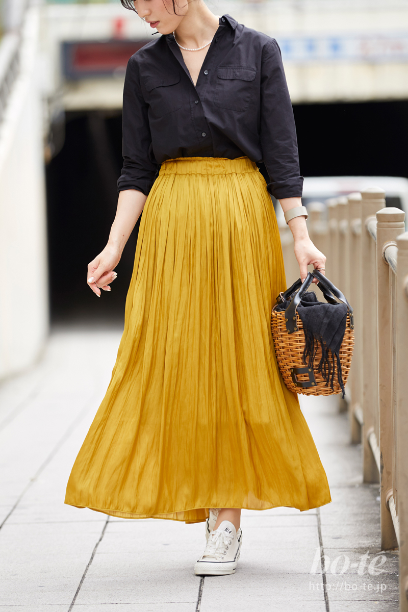 ハンサムなブラックシャツをすっきりとインしたプリーツスカートコーデ