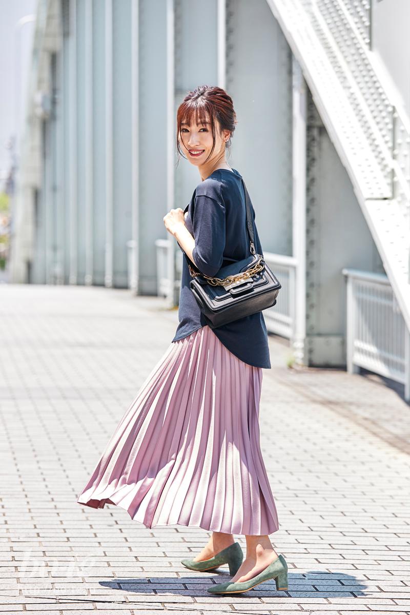 軽やかなプリーツスカートに、半袖のトップスをコーデ