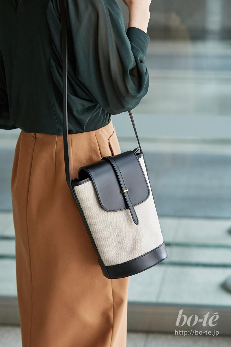 キャンバス生地でもオンタイムコーデに馴染む品の良いバッグ