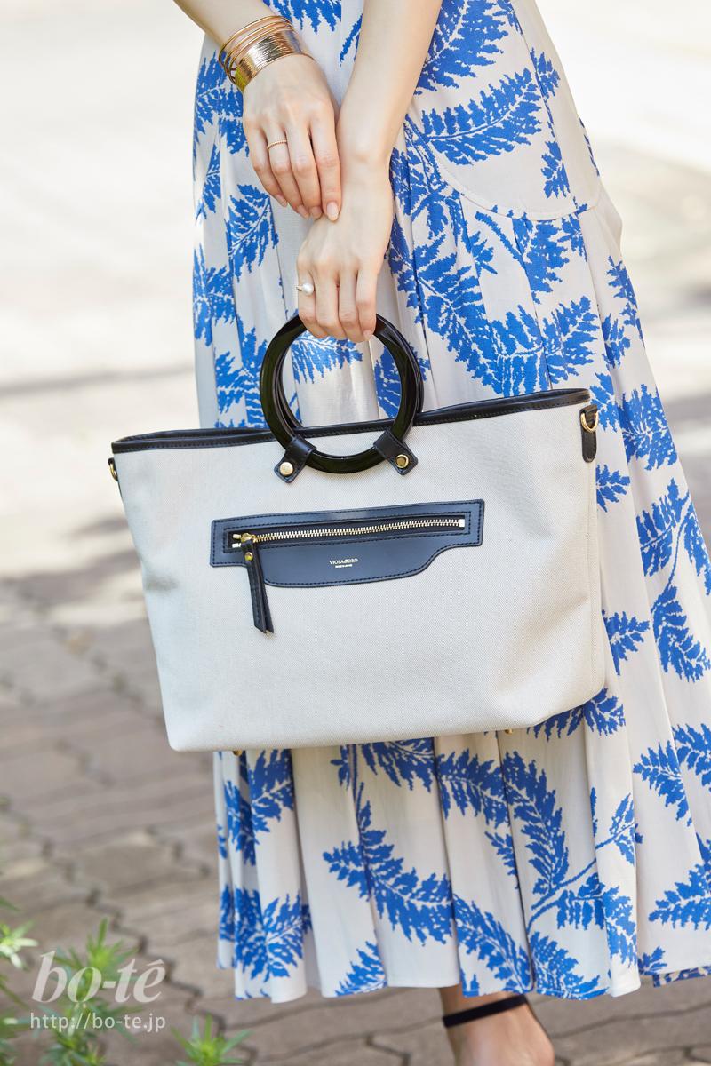 柄スカートの軽やかさを邪魔しないシンプルテイストのバッグ