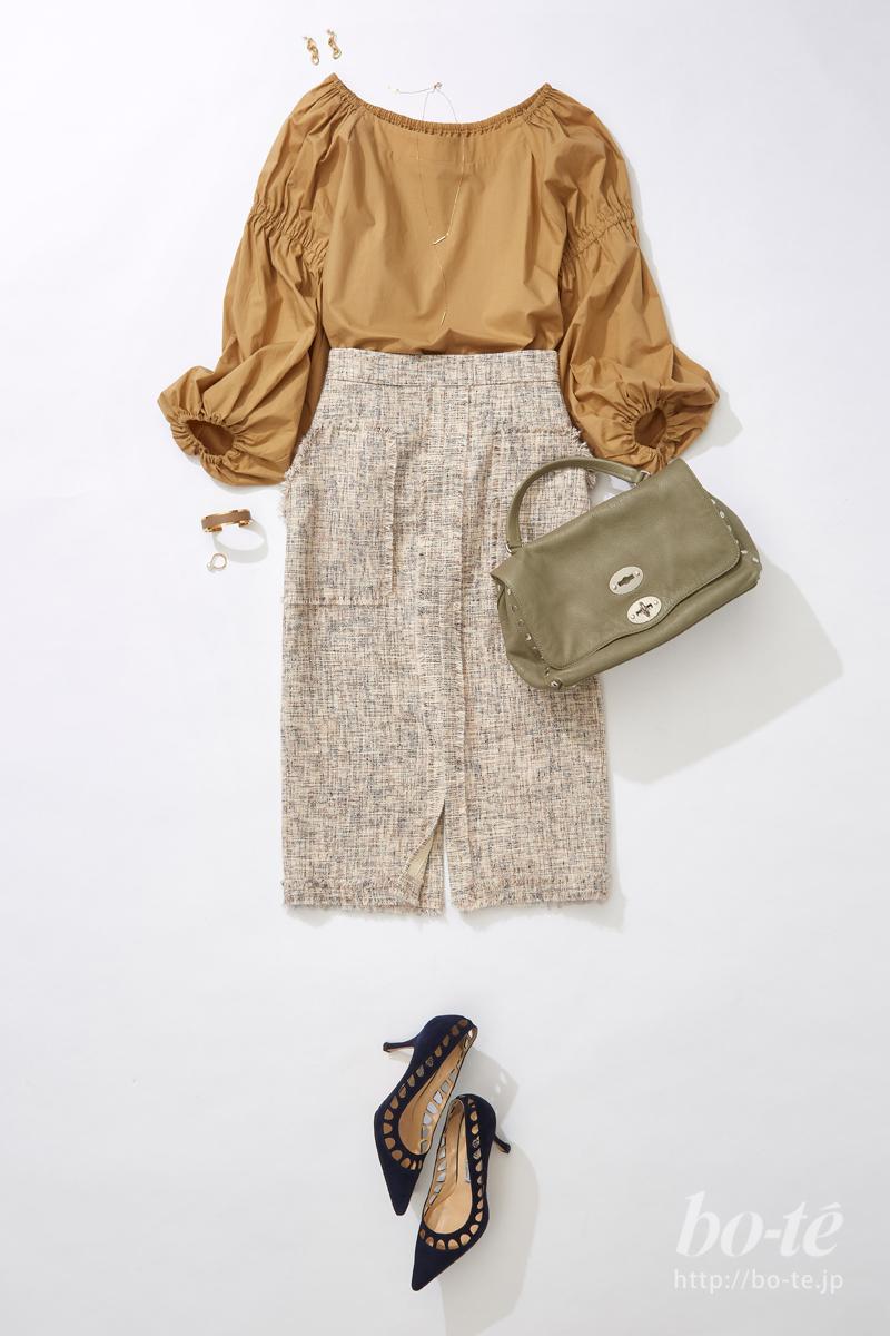 ツイード素材のスリットタイトスカートに、ギャザーたっぷりなブラウスを合わせたコーデ