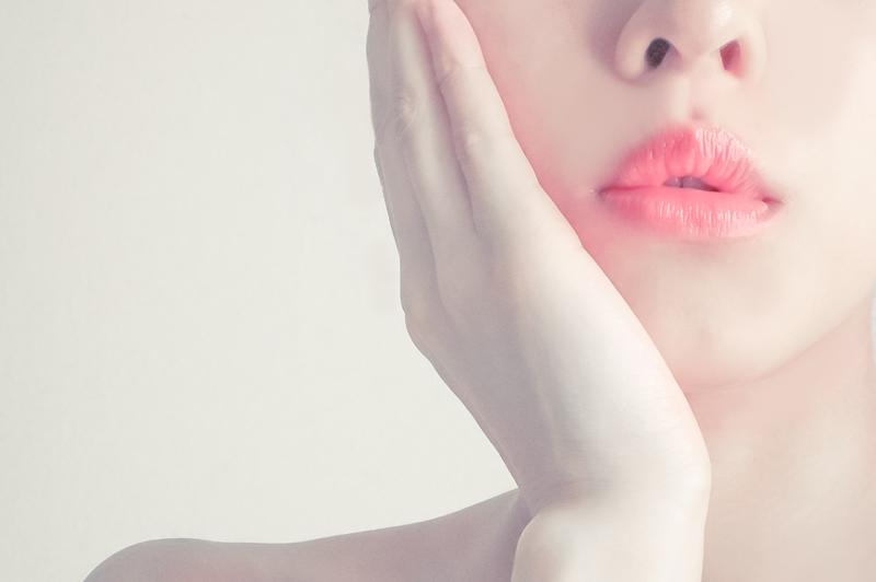 頬に手を当てる女性