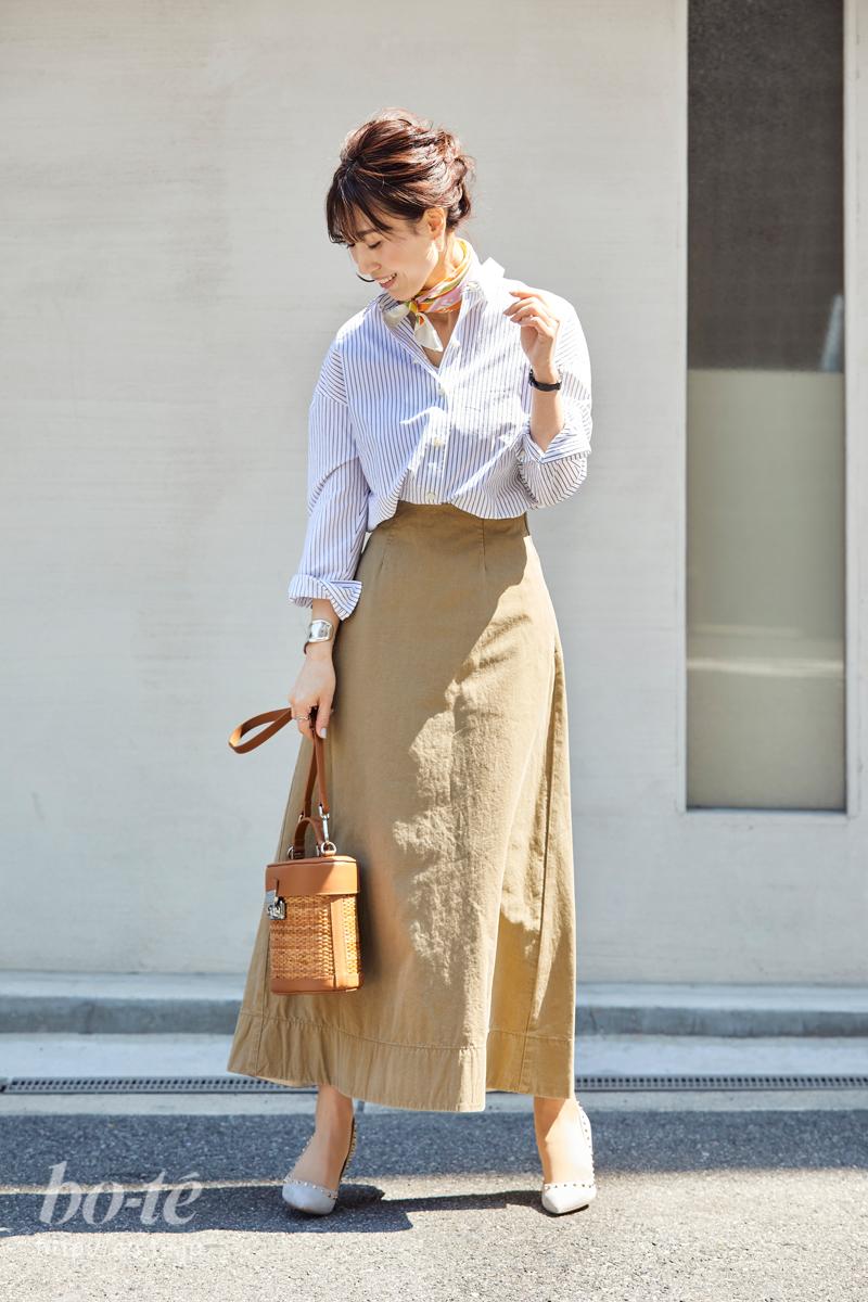 シャツとチノ素材ロングスカートのコーデ