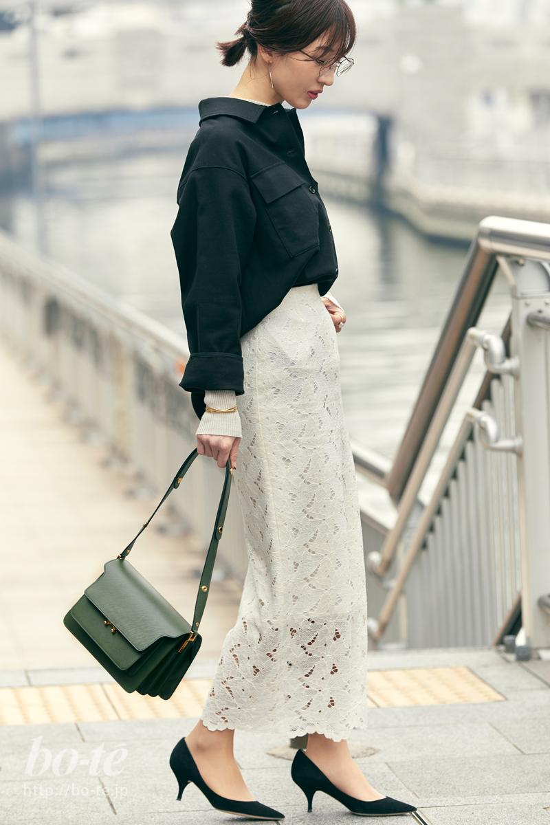 黒シャツと白レーススカートのモノトーンコーデ