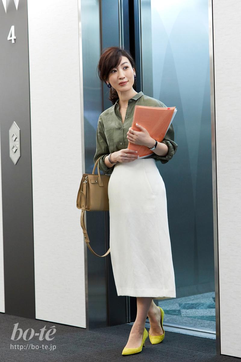 カーキシャツと白タイトスカートのオフィスコーデ