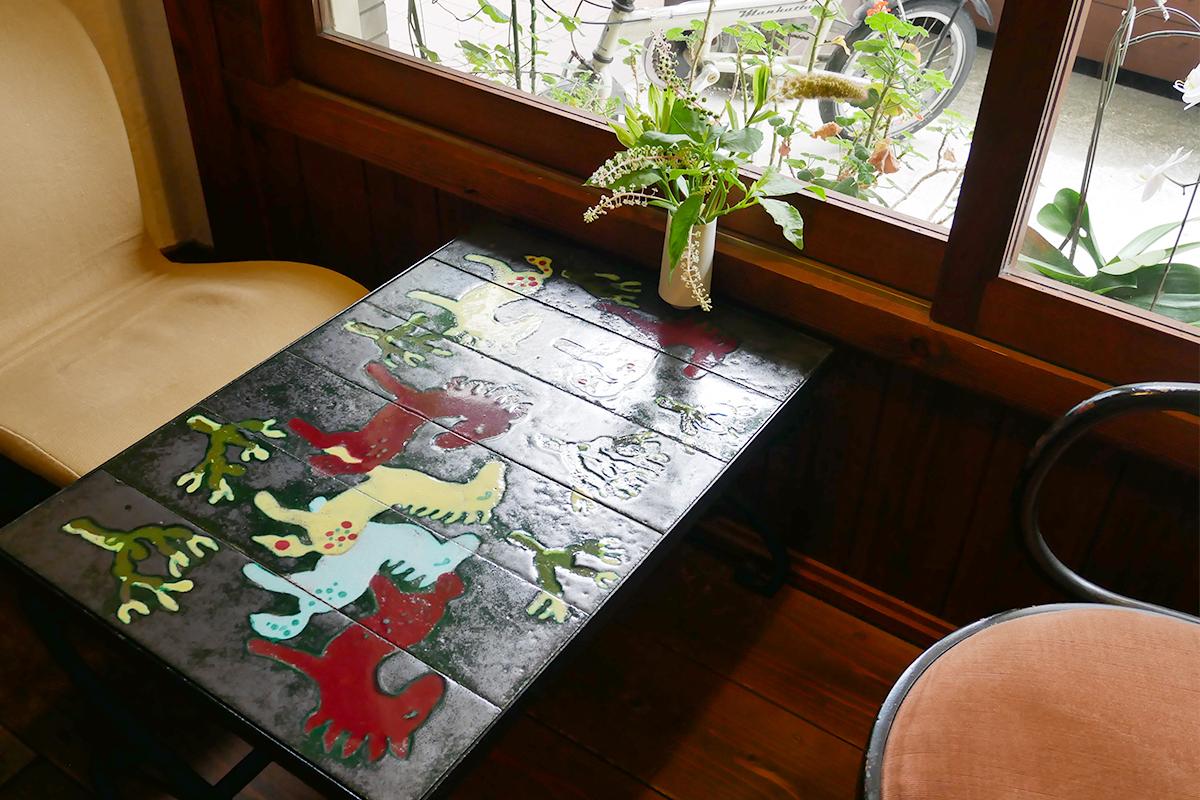 馬の絵が書かれたテーブル席