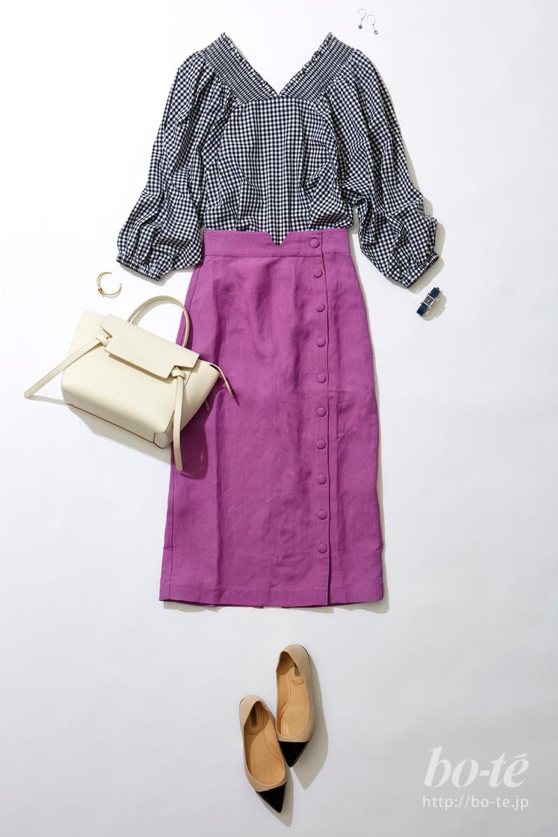 ギンガムチェック柄のブラウスに、パープルカラーのタイトスカートをコーデ