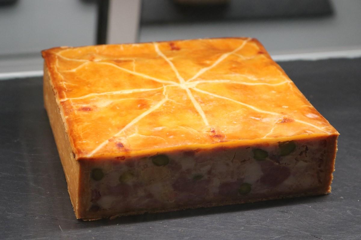 こちらは「パテアンクルート コション」(100g 1,100円)。豚肉、フォアグラ、ピスタチオが入った一般的なパテアンクルート