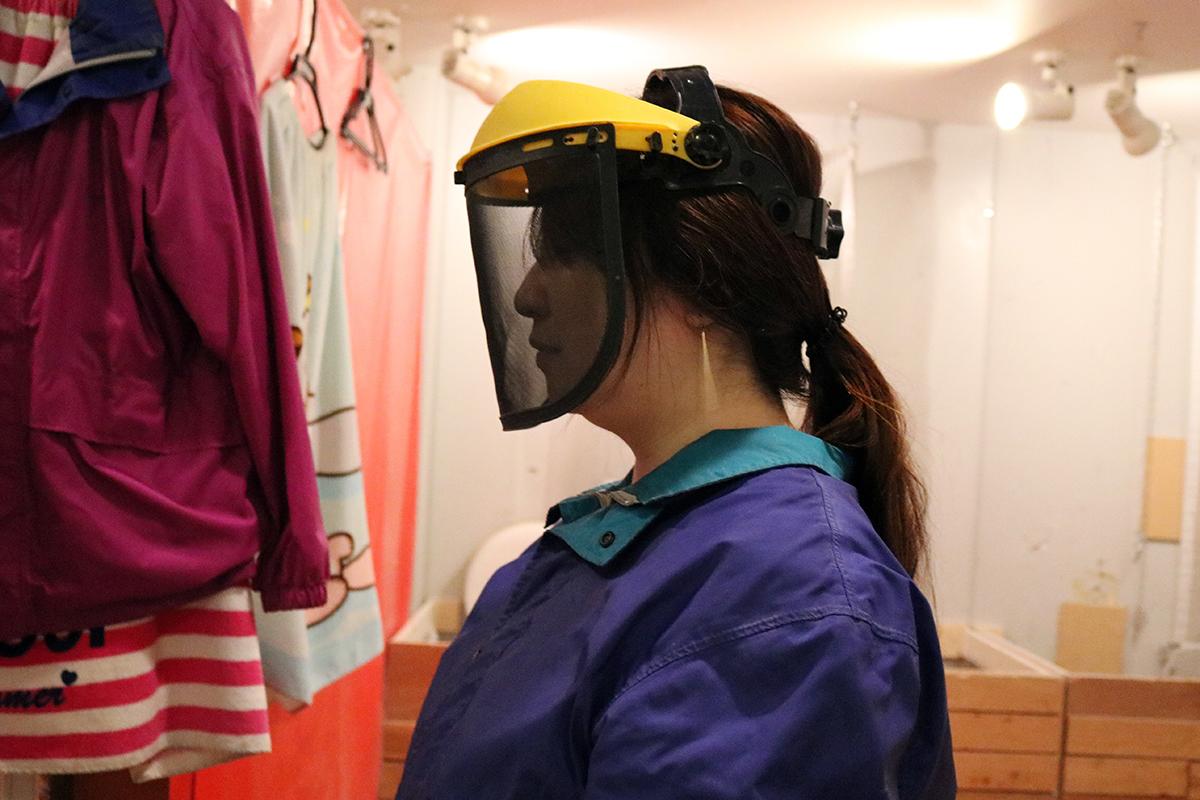 顔まわりをガードする顔面防具。前面はメッシュ状になっています