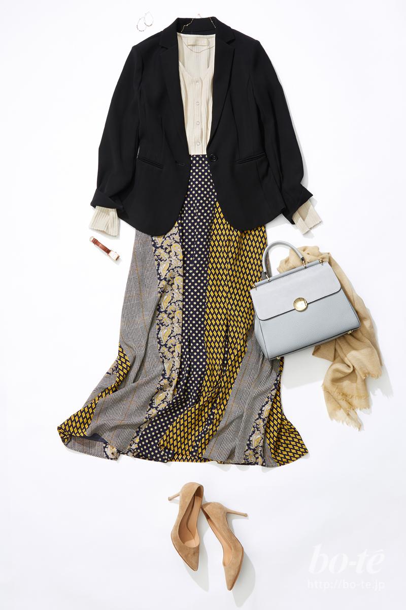 シンプルな黒ジャケットと存在感のある映えスカート