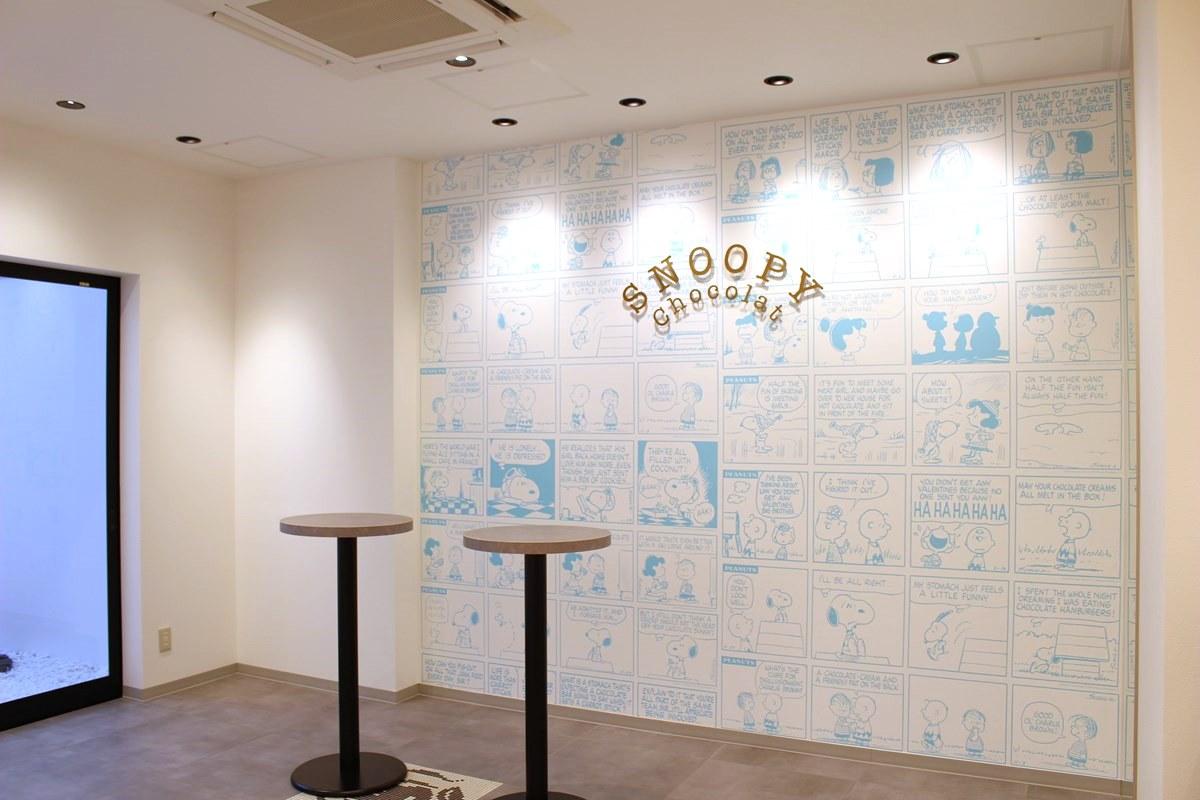 イートインスペースの壁には、『PEANUTS』のコミックアートの中でもチョコレートにまつわるシーンが描かれています