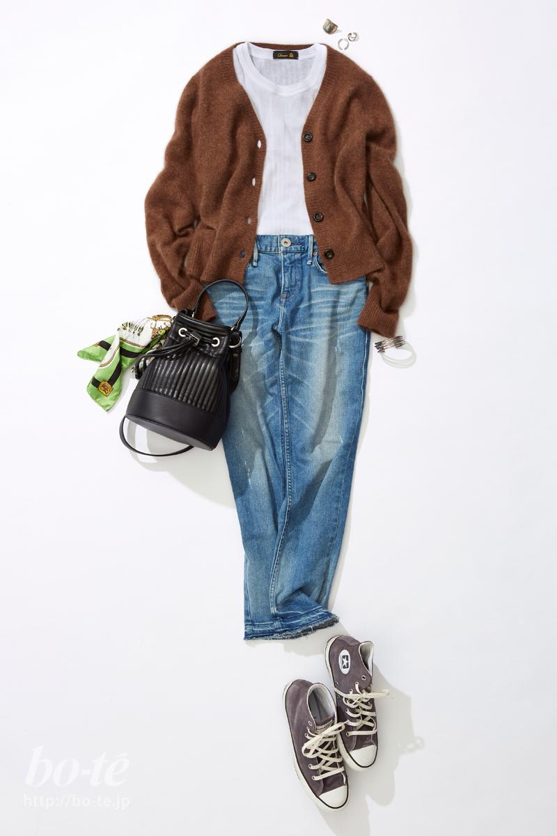 アンクル丈デニムパンツに、スニーカーを合わせたカジュアルスタイル