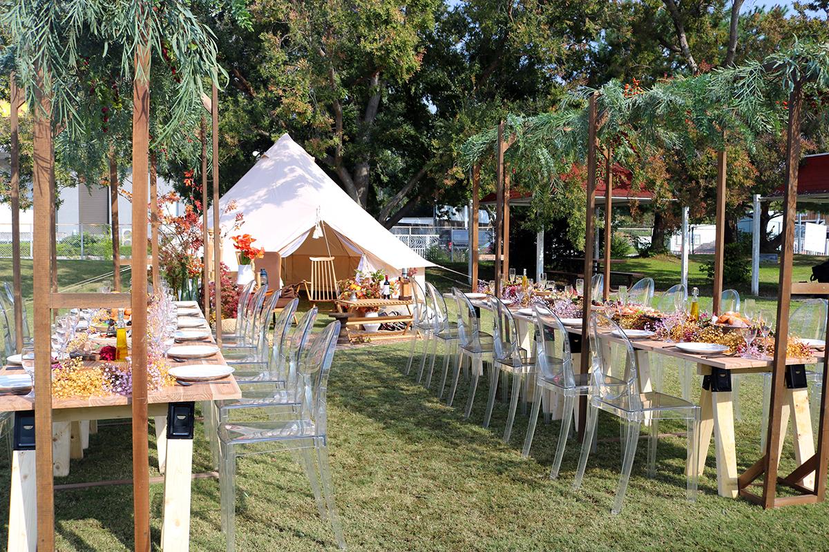 アウトドアウエディング会場のイメージ。テーブルや椅子なども用意され、ゆったりと座ってお料理が楽しめます