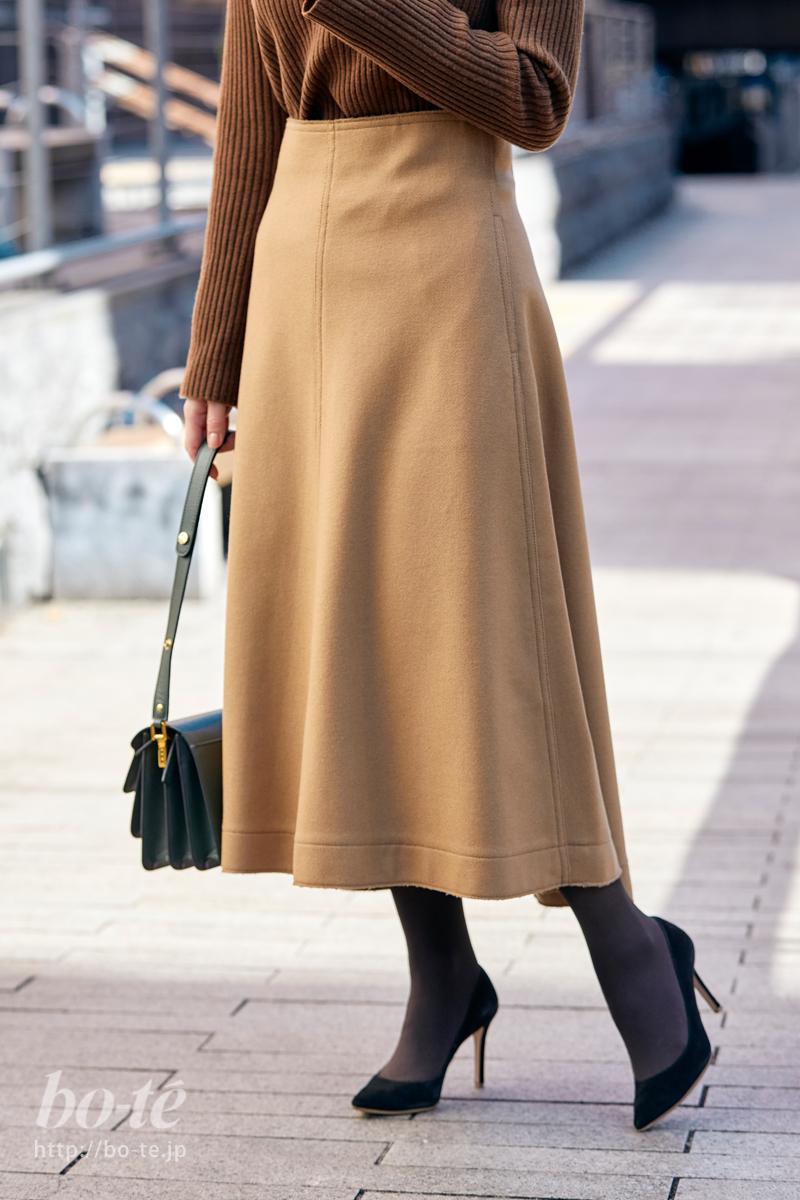 ダークカラーでタイトスカートを挟んだコーディネート