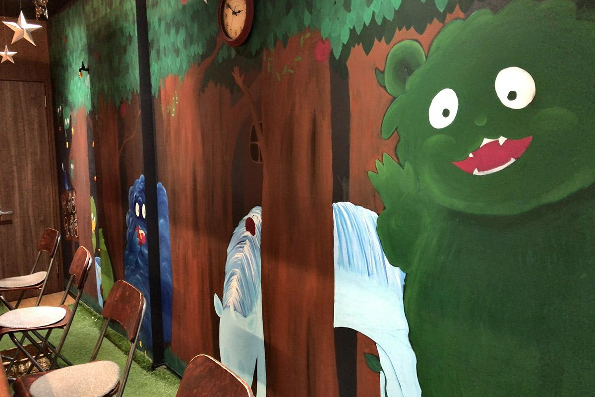 森の動物が描かれた内壁