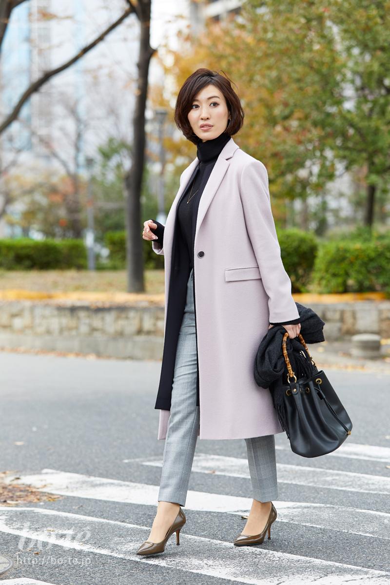 淡いピンク色のコートでふんわり大人可愛く