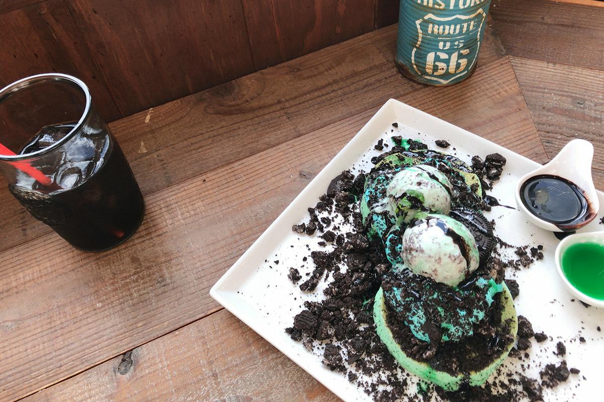 チョコミントパンケーキとコーヒー