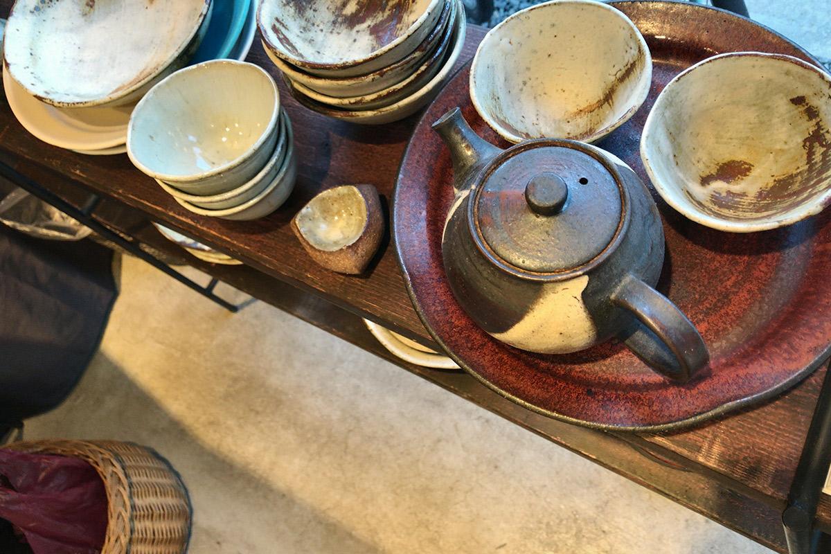 陶器の湯のみや急須
