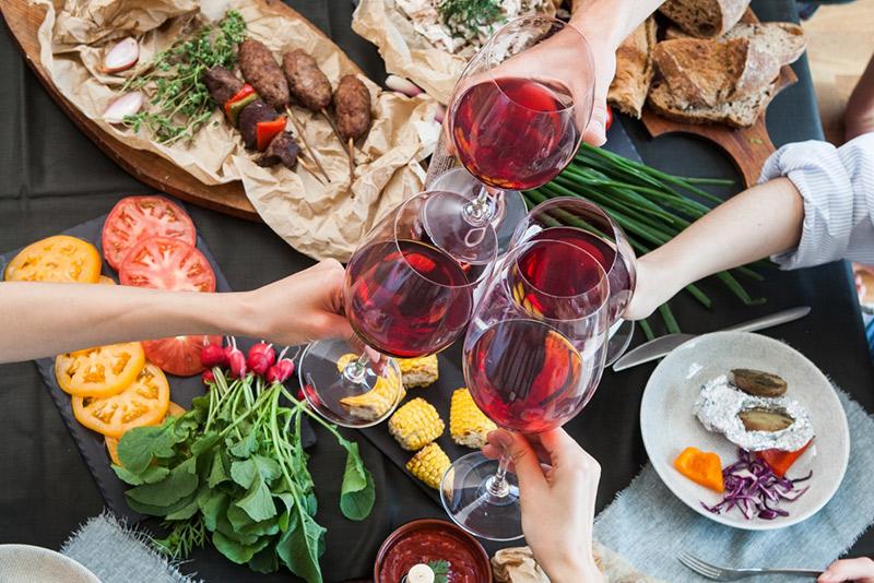 ワインを乾杯する人たち