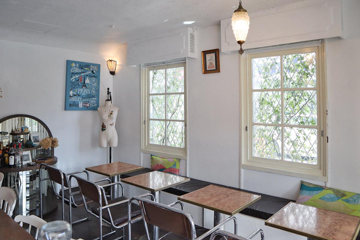 白い壁が特徴のテーブル席