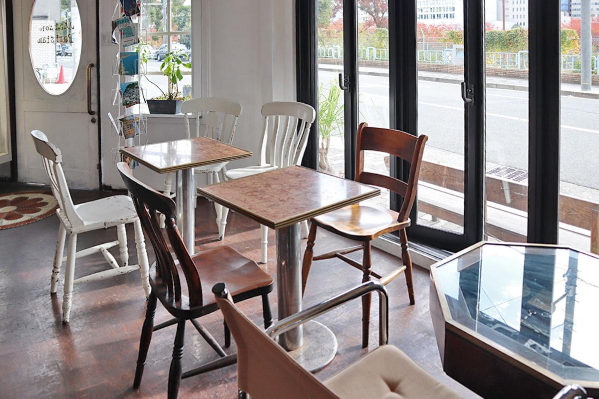 大きな窓側のテーブル席