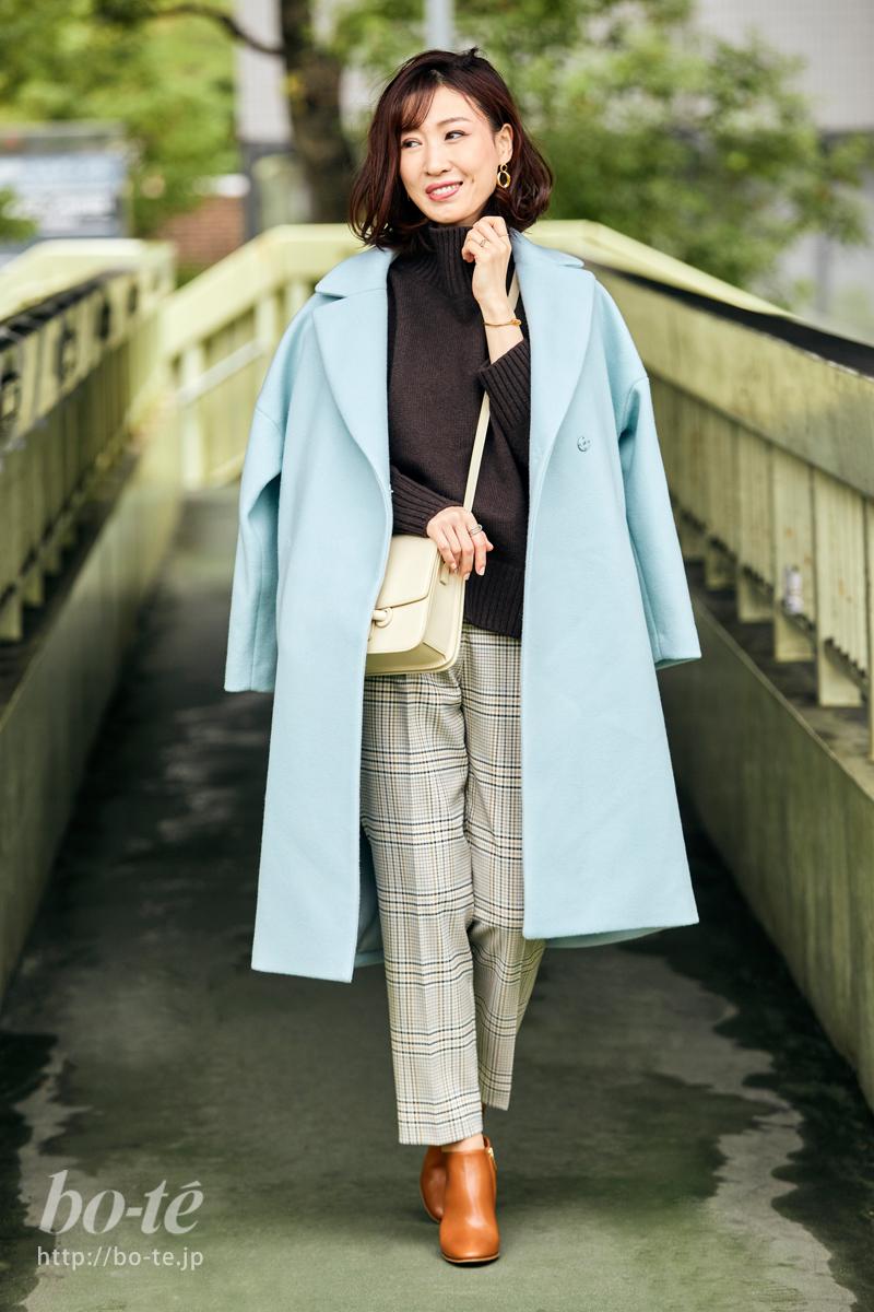 トラッドなパンツルックを軽やかにする淡い色のコート