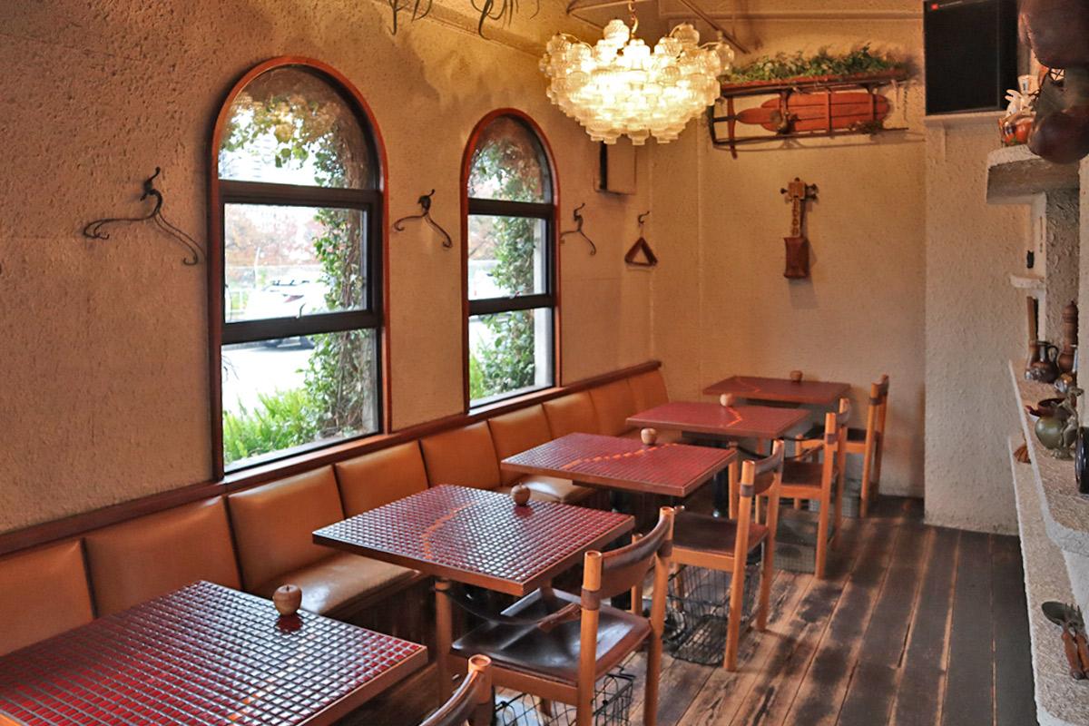 テーブルやカウンターの赤いタイル