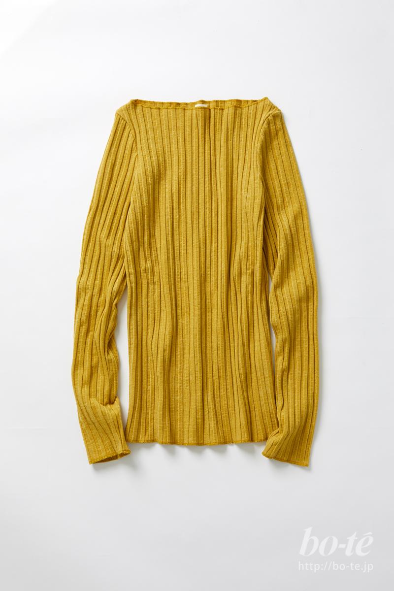 コートの軽やかな差し色にもなるプルオーバー