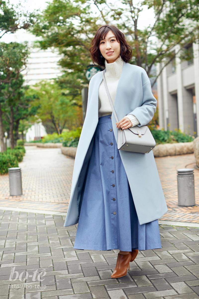 ブルーにふわりと馴染ませたバッグとコート