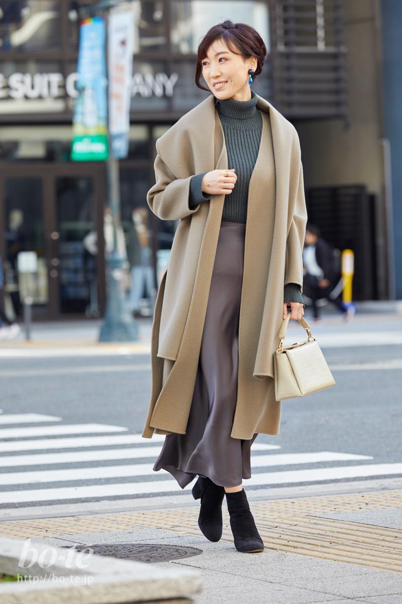 オーバーシルエットのコートを羽織ってシックに決めたデートスタイル