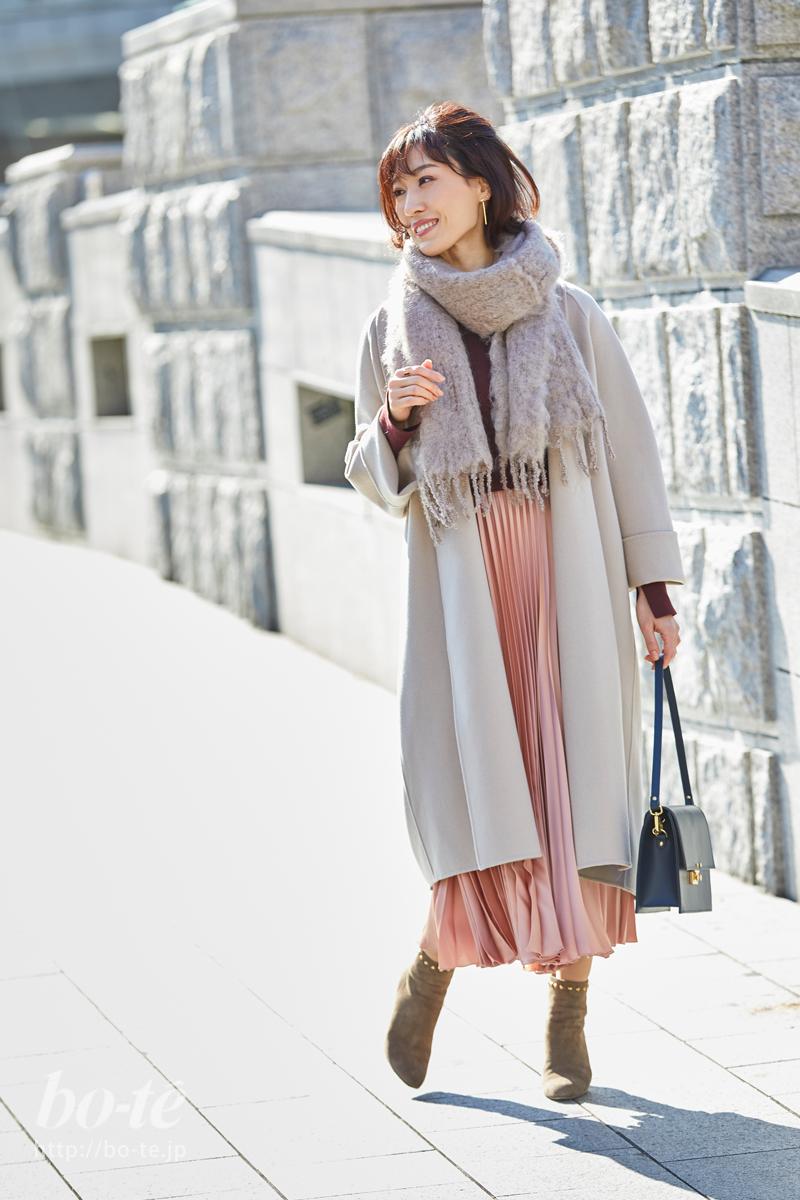 ピンクのプリーツスカートがフェミニンな大人可愛いスタイル