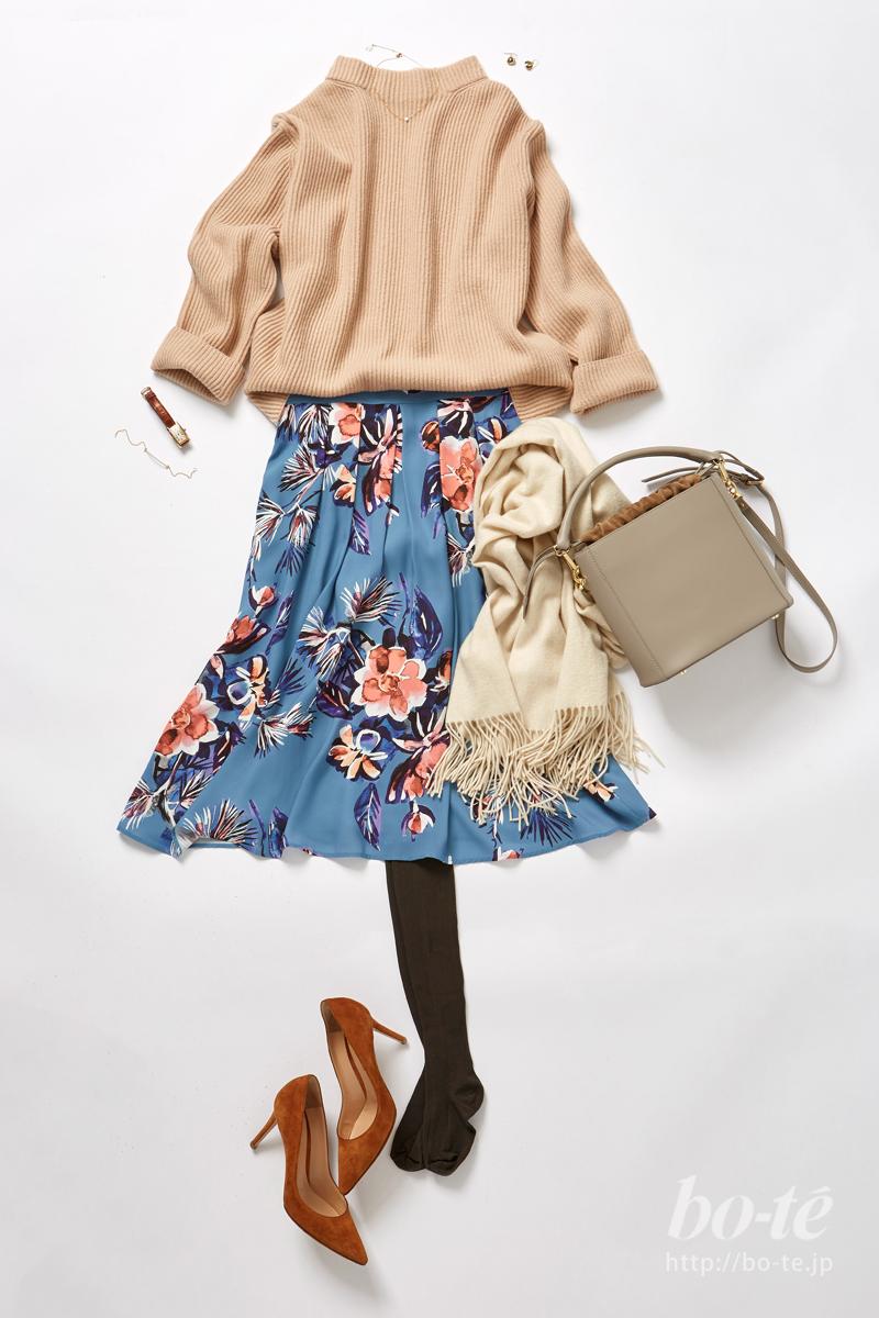 花柄プリントのスカートを主役にしたコーディネートでデート気分を高める