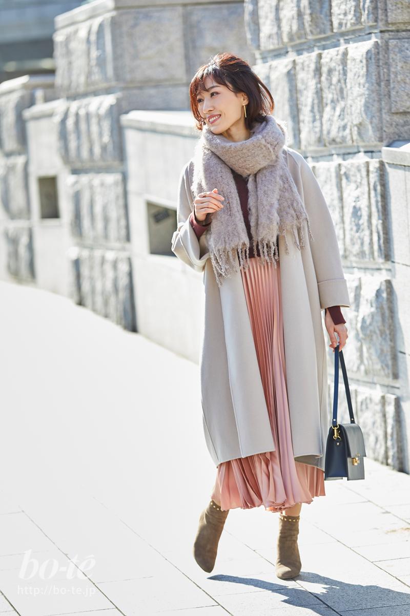 ロングプリーツスカートのトレンド感がピンク色の甘さを抑える