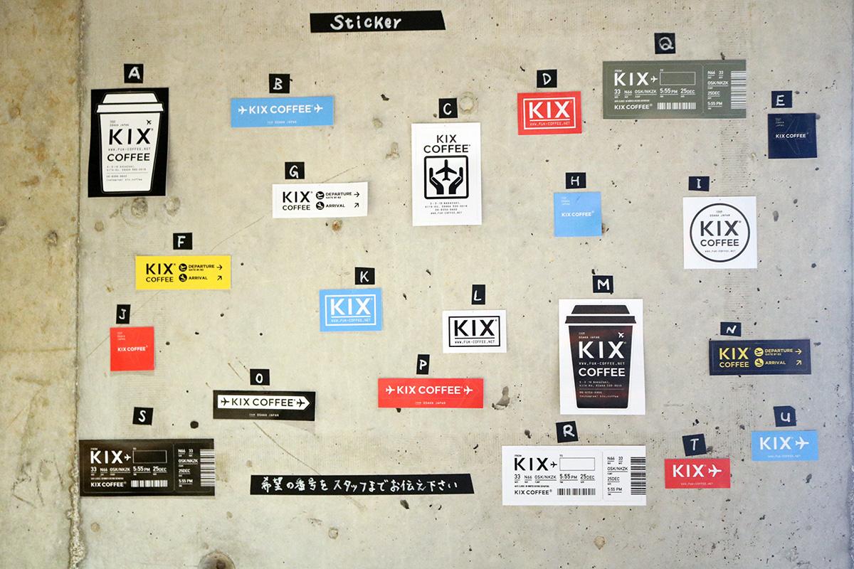 「ステッカー」(100〜250円)は、店員さんに好きなデザインのアルファベットを伝えて購入する