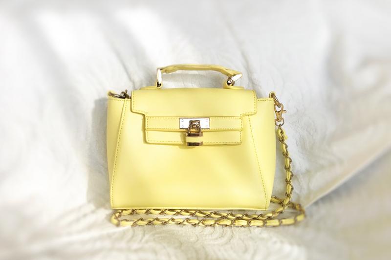 パステルイエローカラーのバッグ