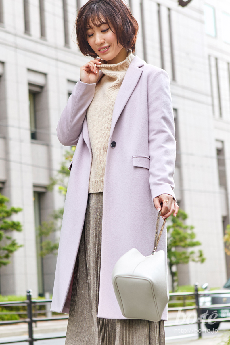 《ピンクのチェスターコート》は暖色系で合わせてスタイリッシュに