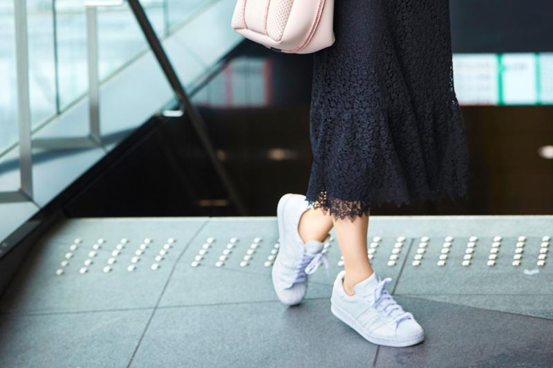 《スニーカー通勤》で朝の時間を有効活用!きれいめカジュアルな通勤コーデ8選