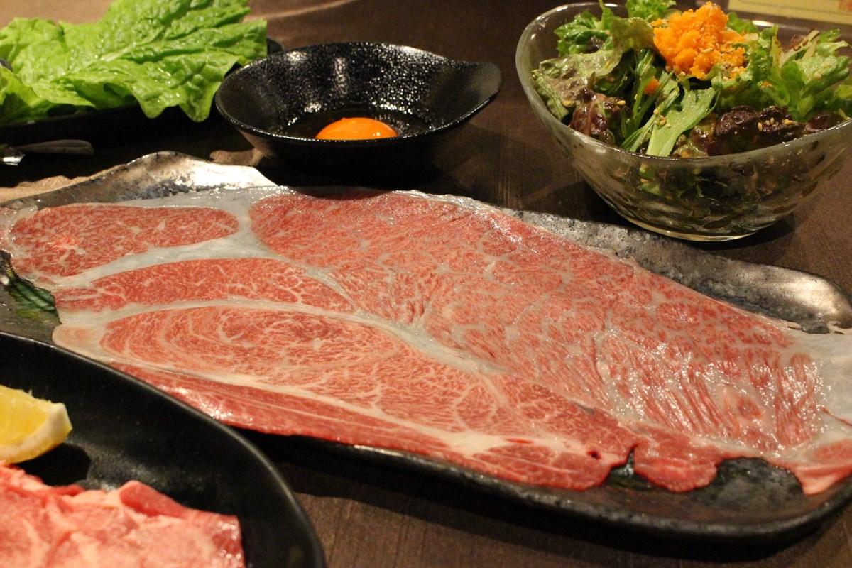 「神戸牛のはみ出す大判焼きしゃぶユッケ」(880円)