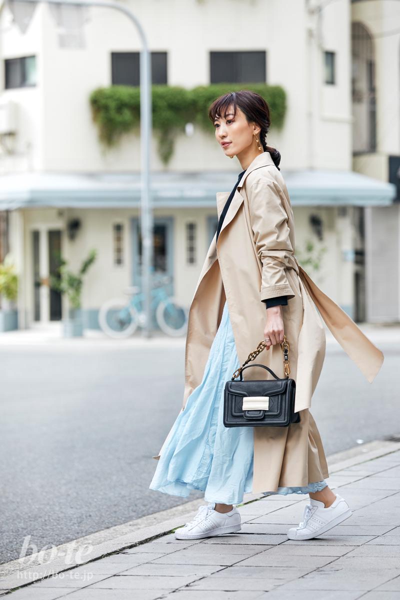 トレンチコートと淡いブルーのロングスカートのコーデ