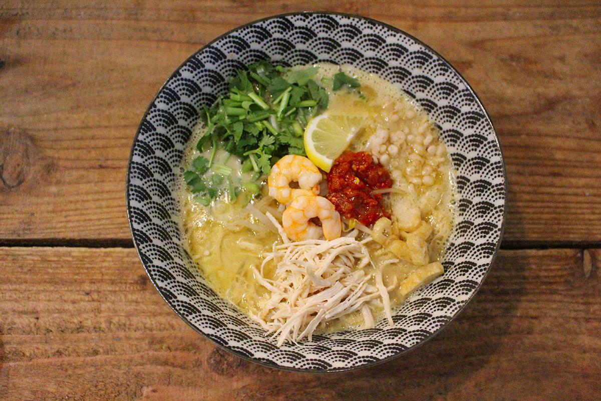 【本町】『TREE OF LIFE(ツリーオブライフ)』にて、東南アジアの麺料理「ラクサ」のクセに…
