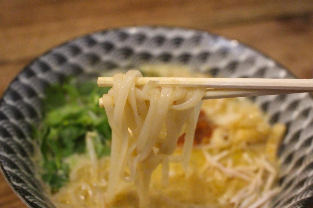 箸で麺を持ち上げる様子