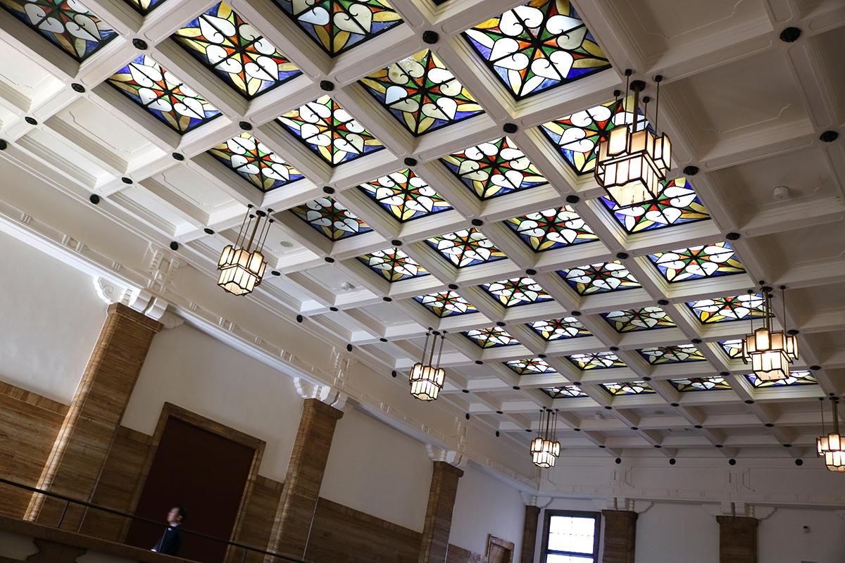 中央ホール吹き抜けのステンドグラス