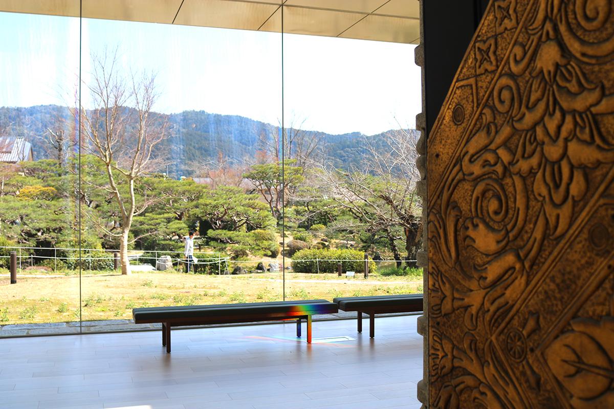 新設された展示室『東山キューブ』から見た日本庭園
