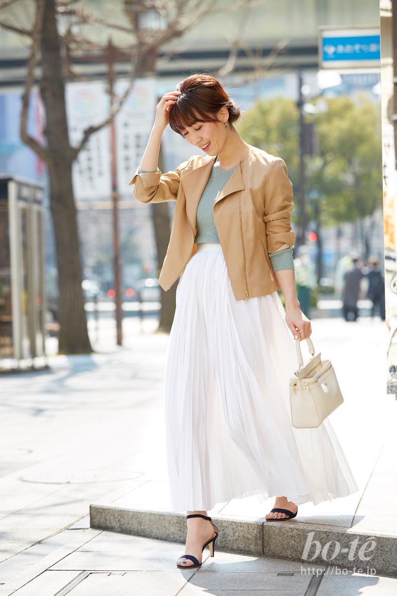 ふわふわプリーツスカートに華奢なサンダルで作るメリハリ