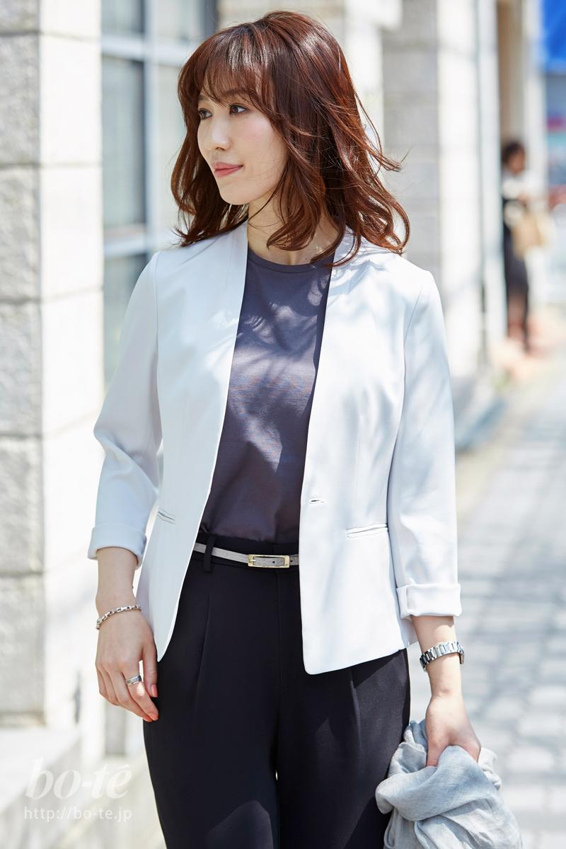 ホワイトカラーのサマージャケットで光を反射
