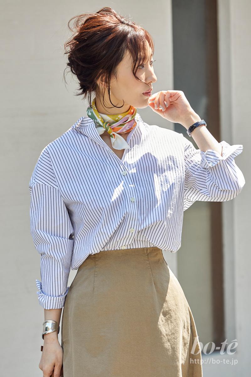 肌色に合うスカーフで顔周りに添える春らしい季節感